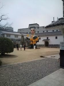 巨大な少年像大原美術館中庭に設置