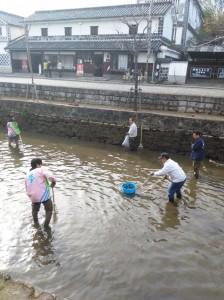 早春の川掃除