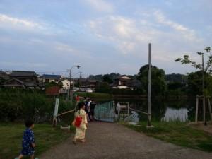 ②図書館前のドラム缶橋