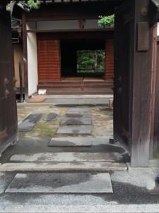 ⑩打ち水された西爽亭の玄関(たて)
