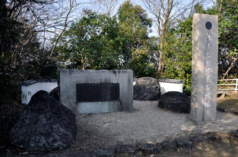 源平合戦水島古戦場の碑。黒い丸は日食があったこと表しているそうです。