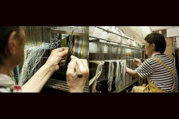 約2000本の経て糸、一本一本と向き合う地道な作業。一日にわずか50m(一反)しか織れない貴重な生地。 作り手の想いがこもっています。