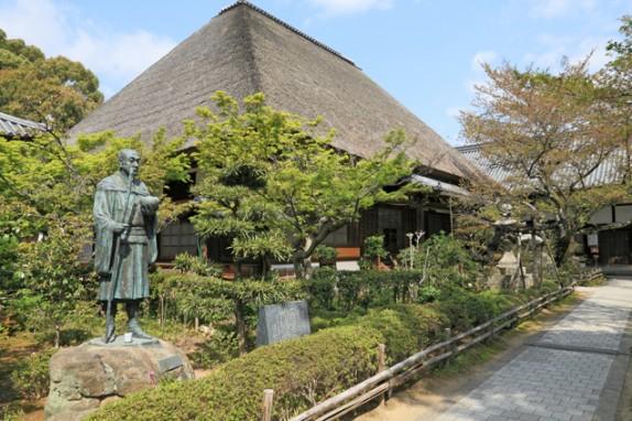 良寛和尚が修行した円通寺は歩いて5分ほど。