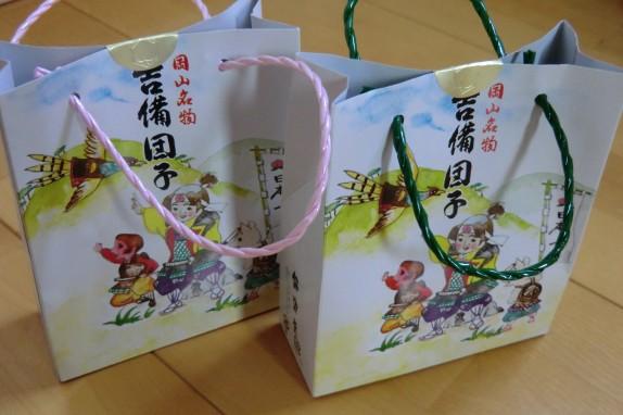 8個入りのきびだんごは、かわいらしい桃太郎のミニバッグ入り。