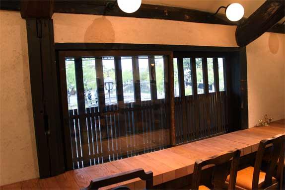 倉敷川が眺められる人気のカウンター席
