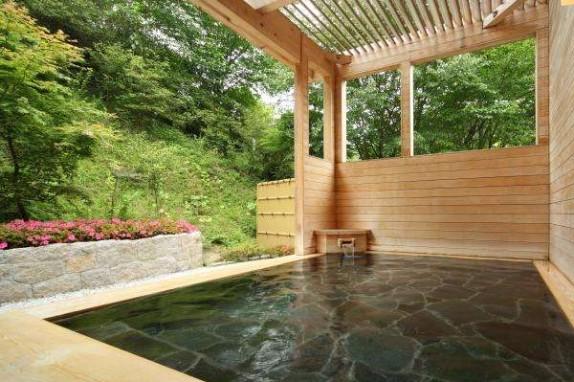 広々とした大浴場と露天風呂で由加の温泉をお楽しみください。