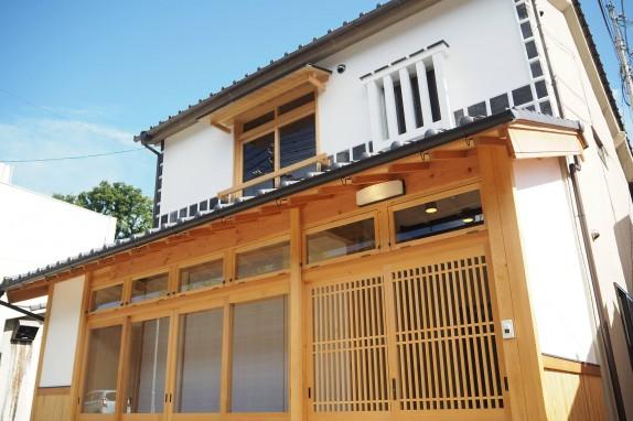 外観は倉敷ならではの、白壁になまこ壁。古民家を再生した建物になります。