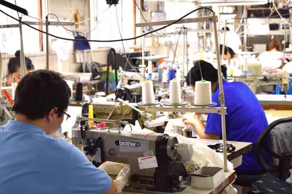 50年以上続く自社工場で1枚1枚丁寧に縫製しています