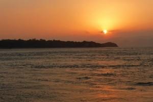 初日の出と瀬戸大橋を遊覧船でクルージング